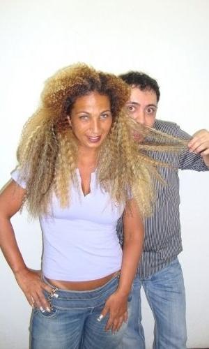 A funkeira Valesca Popozuda faz uma experiência com um aplique afro