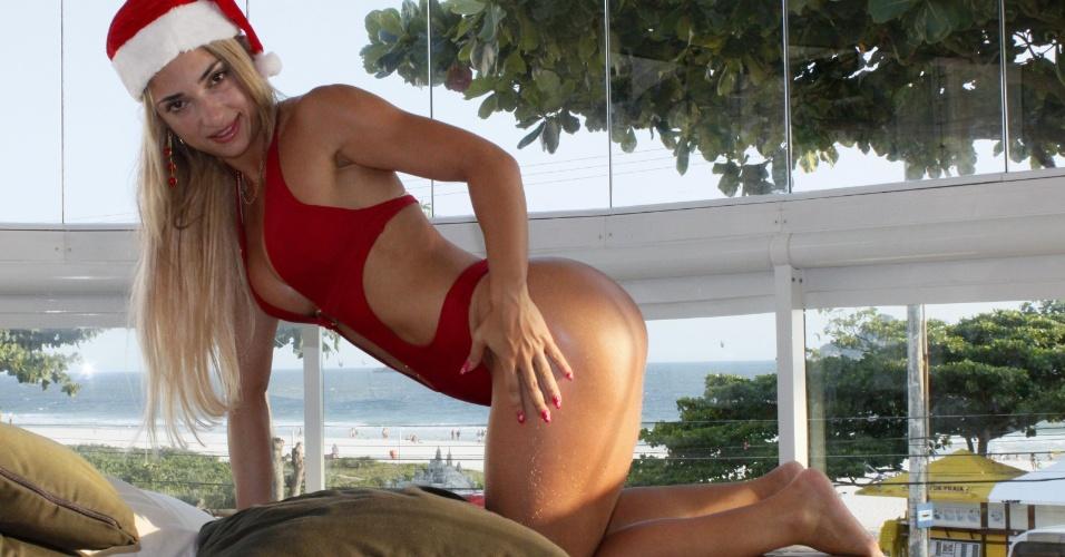 26.dez.2012 - O Natal passou, mas Priscila Freitas ataca de Mamãe Noel