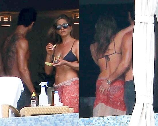 29.dez.2012 - Jennifer Aniston, 43, e Justin Theroux, 41, foram flagrados em um momento de intimidade durante férias no balneário de Cabo de San Lucas, no México. Nas imagens, o ator chega a apalpar o bumbum da namorada, que não pareceu se importar, durante um momento relaxado à beira da piscina. A ex-mulher de Brad Pitt está noiva de Justin.
