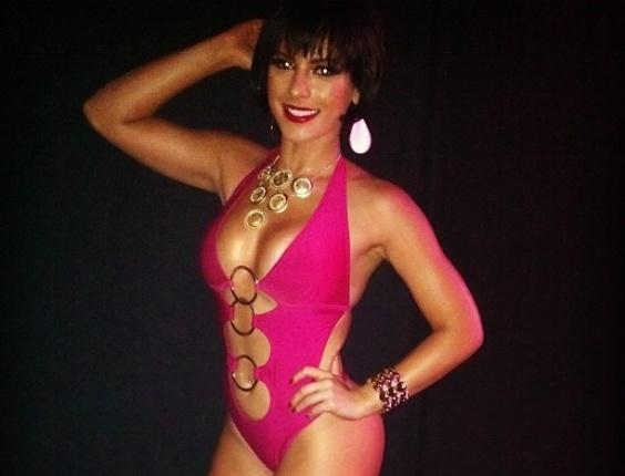 30.dez.2012 - Babi Rossi de maiô rosa choque