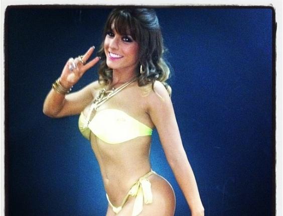 """30.dez.2012 - De biquíni amarelo, Babi Rossi posta foto de biquíni usado durante as gravações do """"Pânico"""" na Band"""