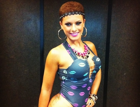 30.dez.2012 - Babi Rossi posta foto na internet com mais um modelo de maiô