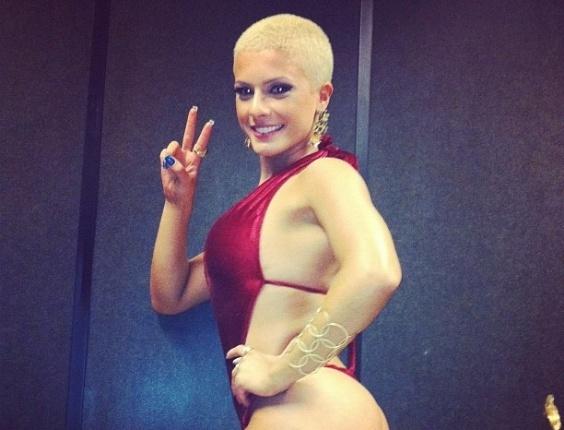 30.dez.2012 - Paz e amor! De cabelo curto, Babi Rossi é só estilo durante as gravações do 'Panico' na Band