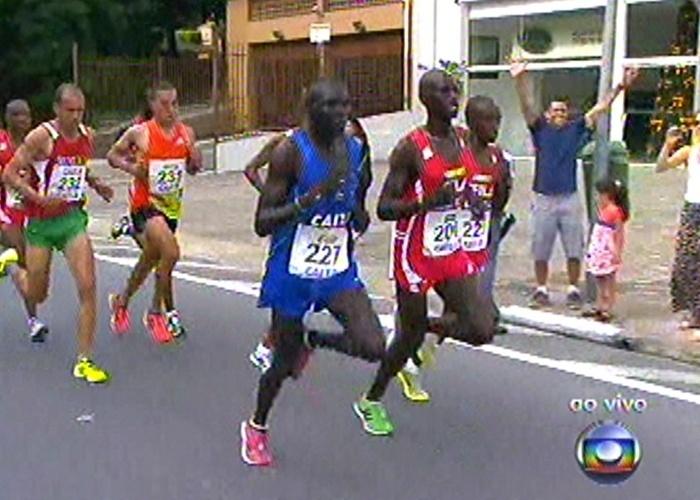 31.dez.2012 - Atletas da elite masculina disputam a corrida de São Silvestre no último dia do ano, em São Paulo. A largada aconteceu às 9h na avenida Paulista