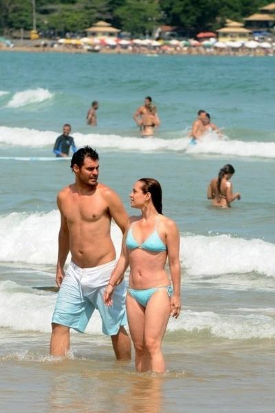 2.dez.2012 - O ator Thiago Lacerda aproveitou a tarde da quarta-feira em clima de romance com a mulher, a atriz Vanessa Lóes, na praia de Búzios, no Rio de Janeiro.