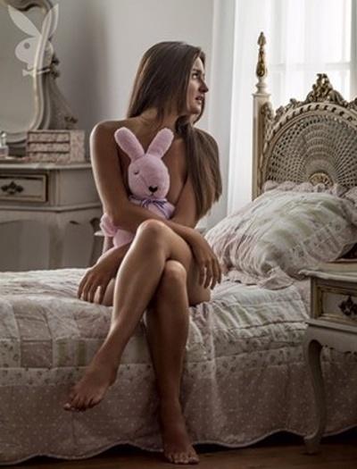 """3.dez.2012 - Conhecida após leiloar a virgindade na internet no ano passado, Catarina Migliorini posa segurando um ursinho de pelúcia em foto do ensaio sensual para a """"Playboy"""" de janeiro. Antes de ser capa da publicação, Catarina posou seminua para a revista em dezembro de 2012"""