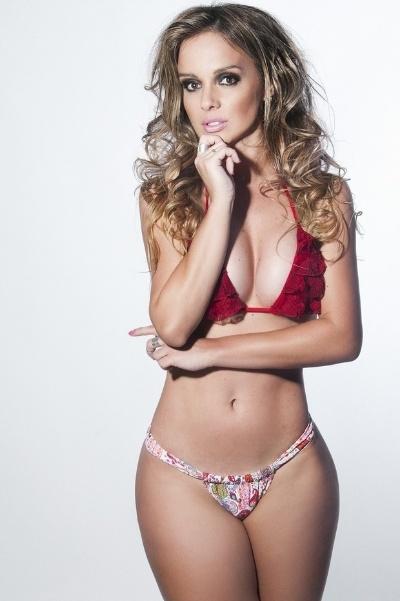 """3.dez.2013 - Carol Soares, bailarina do """"Domingão do Faustão"""", exibe corpo sarado na capa da revista """"Tua Dieta"""" de janeiro"""
