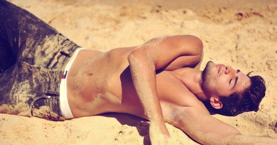 André Martinelli, do BBB 13, em ensaio sensual na areia