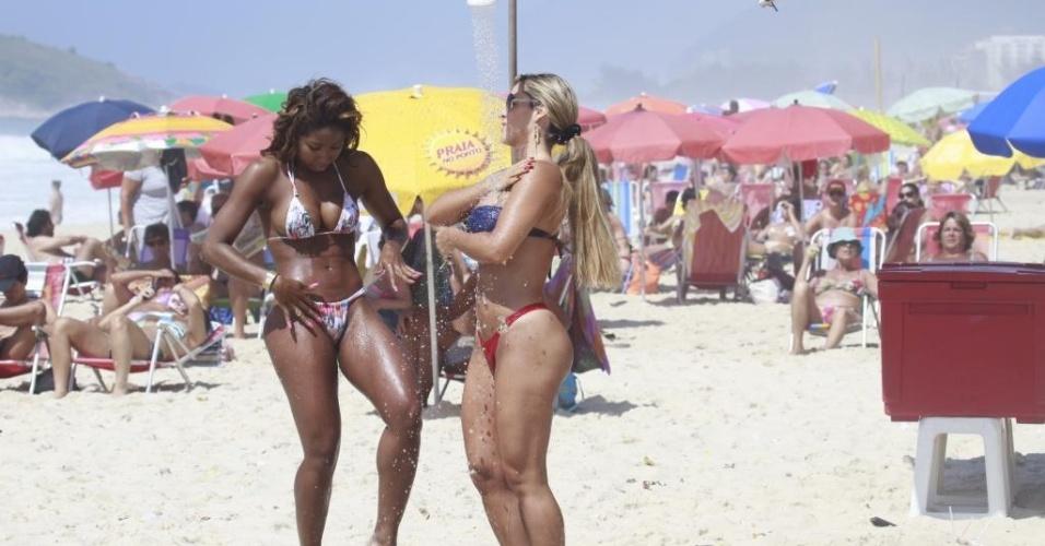 5.jan.2013 - De biquíni fio-dental, Denise Rocha, conhecida como Furacão da CPI, aproveitou a praia do Recreio dos Bandeirantes, na Zona Oeste do Rio, ao lado de sua professora de samba, Tuane Rocha