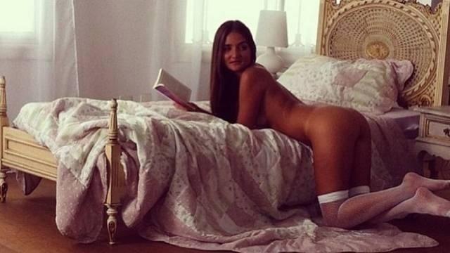 """9.jan.2013 - A """"Playboy"""" liberou mais uma foto oficial do ensaio de Catarina Migliorini, que estampa a edição de janeiro da publicação. Na imagem, a catarinense que ficou famosa após leiloar a virgindade na internet aparece debruçada na cama, usando apenas meias"""