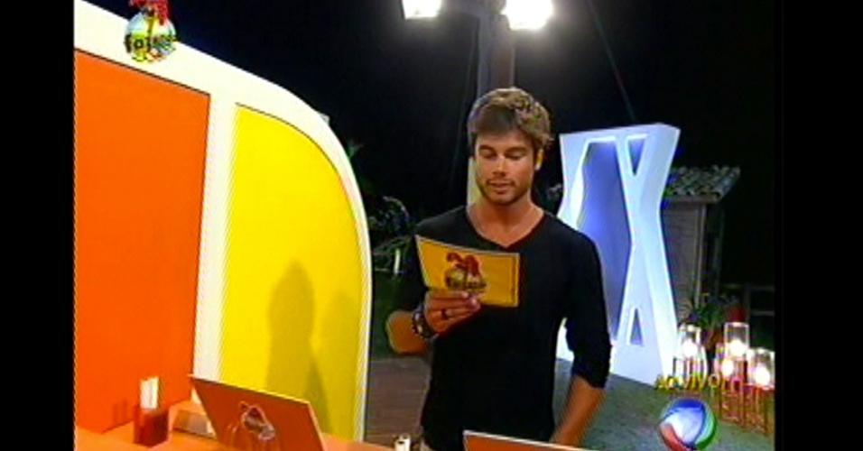 Com o envolope dourado, Victor faturou 20 mil reais e teve o poder de decidir a roça da semana: Flávia e Manoella estão na roça