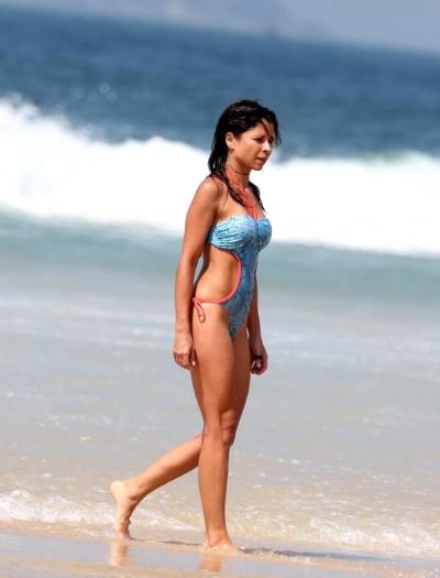 9.jan.2013 - A atriz Ana Lima aproveitou o dia ensolarado na praia de Ipanema, no Rio de Janeiro. De maiô cavado e com fendas, Ana exibiu ótima forma