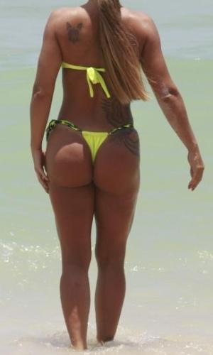 9.jan.2013 - A ex-assessora parlamentar Denise Rocha, mais conhecida como Furacão da CPI, deixa corpão à mostra na praia da Barra da Tijuca, no Rio de Janeiro. Denise ganhou fama após ter um vídeo íntimo vazado na web