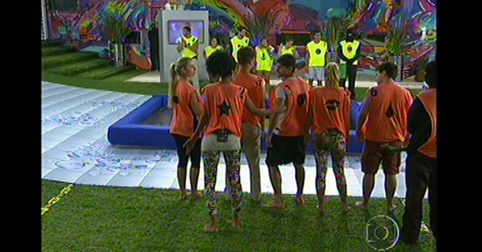 Na primeira prova do lder do BBB13, os participantes foram divididos em novatos e veteranos, nesta quinta-feira (10). Antes de irem para o campo de prova, cada integrante escolheu nmeros de 1 a 6, os cinco primeiros iam ganhar prmios em dinheiro e o nmero seis seria coroado o lder.