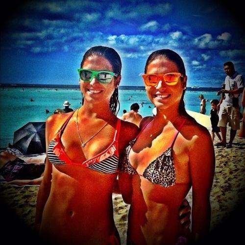 10.jan.2013 - As belas gêmeas do nado sincronizado, Bia e Branca Feres estão curtindo as férias no Havaí. No Instagram, elas postaram uma foto exibindo os corpos sarados e muito estilo com óculos de sol coloridos