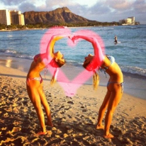 """10.jan.2013 - As gêmeas do nado sincronizado, Bia e Branca Feres, estão curtindo as férias no Havaí, mas não esqueceram de homenagear o pai, Otávio Feres, no dia de seu aniversário. Na legenda da foto postada no Instagram, elas escreveram: """"E esse coração vai pro PAPAI @otavioferes !!!! Feliz Aniversário !! Te amamos!!!"""""""
