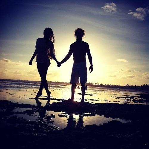 """10.jan.2013 - Em clima de romance, José Loreto e Débora Nascimento curtiram alguns dias na Bahia, mas a viagem chegou ao fim e o ator usou o Instagram para postar uma foto ao lado da amada com a legenda: """"Adeus Bahia!!!"""""""
