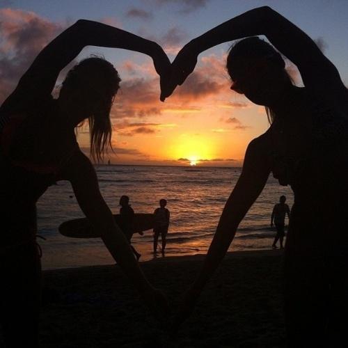 9.jan.2013 - As gêmeas Bia e Branca Feres estão passando as férias no Havaí e, para não deixar os fãs de fora, as belas têm feito questão de dividir os melhores momentos com seus seguidores do Twitter e Instagram
