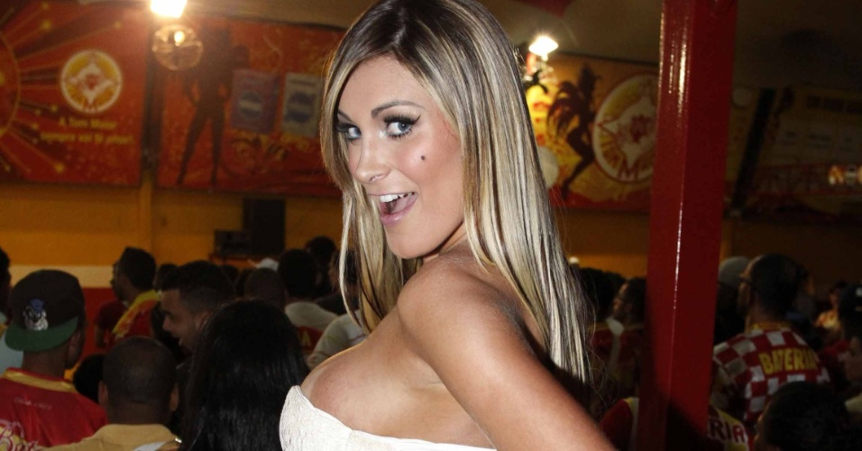 10.jan.2013 - Andressa Urach caiu no samba durante o ensaio da escola Tom Maior, em São Paulo. Com um vestido tomara que caia e decote bastante avantajado, a vice Miss Bumbum quase deixou os seios à mostra enquanto sambava na quadra