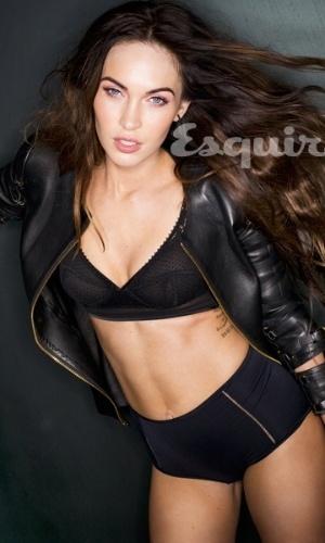 """15.jan.2013 - Megan Fox é capa da edição de fevereiro da revista """"Esquire"""". Em entrevista, a atriz contou que não gosta de beber ou usar drogas e disse frequentar a igreja pentecostal. Sobre sua relação com a religião e a igreja, a moça afirmou: """"Você tem que entender que lá eu me sinto segura. Eu fui criada para acreditar que você está segura nas mãos de Deus. Mas eu não sinto segura comigo mesma"""""""