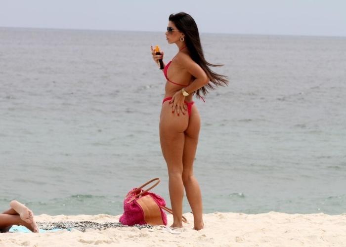15.jan.2013 - Suelen Carvalho, musa da escola de samba Mocidade Independente de Padre Miguel, renova bronzeado na praia da Barra da Tijuca, no Rio de Janeiro