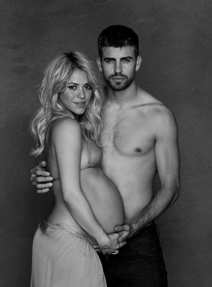 """16.jan.2012 - A cantora Shakira divulgou nesta quarta-feira uma imagem em que mostra barrigão de oito meses de gravidez ao lado do namorado, o jogador Gerard Piqué. A foto foi postada no Facebook para divulgar a campanha """"Shakira e Gerard Piqué's World Baby Shower"""" - em parceria com a Unicef (Fundo das Nações Unidas para a Infância), a cantora pretende arrecadar presentes para repassar a crianças carentes"""