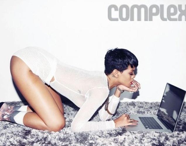 """16.jan.2013 - Para comemorar o lançamento do seu 7º álbum, a cantora Rihanna fez um ensaio sensual para a revista """"Complex"""", que criou sete capas diferentes para a gata. Bem desinibida, a gata mostrou suas curvas em poses provocantes. """"É narcisista, mas e daí? Todo mundo faz. Estou capturando minha personalidade. Todo mundo tem lados que gosta e que não gosta. É por isso que as pessoas gostam de se auto fotografar porque é difícil capturar o que você vê"""", afirmou em entrevista à publicação."""