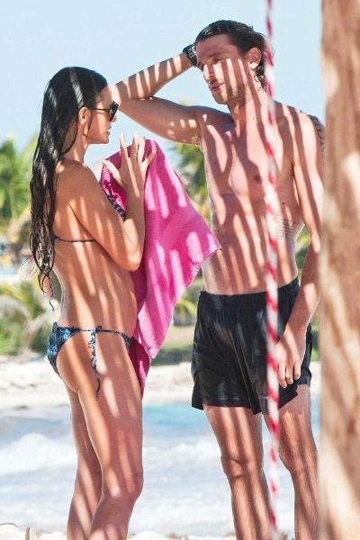 17.jan.2013 - A atriz Demi Moore, 50, que recentemente se separou de Ashton Kutcher, 16 anos mais novo do que ela, foi flagrada curtindo uma tarde de sol em nova companhia na praia de Tulum, no Mèxico. A beldade hollywoodiana exibiu boa forma e se divertiu com o rapaz
