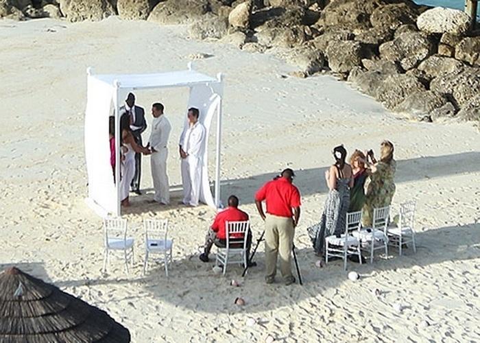 18.jan.2013 - A cerimônia íntima de casamento de Katie Price e Kieran Hayler aconteceu em uma praia nas Bahamas