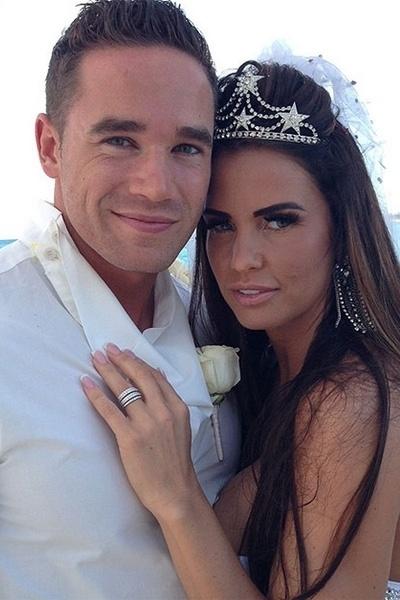 18.jan.2013 - A ex-modelo Katie Price e o striper Kieran Hayler trocaram alianças em uma cerimônia secreta na última quarta-feira (16), em uma praia nas Bahamas