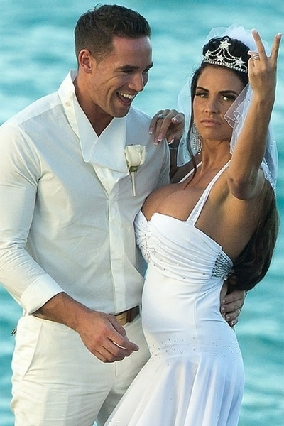 18.jan.2013 - A ex-modelo Katie Price e o striper Kieran Hayler trocaram alian&#231;as em uma cerim&#244;nia secreta na &#250;ltima quarta-feira &#40;16&#41;, em uma praia nas Bahamas