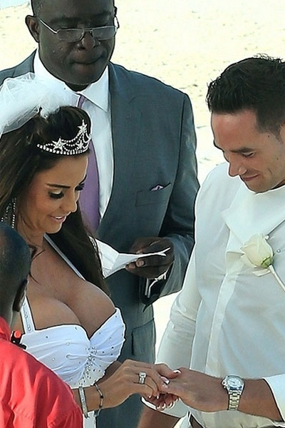 18.jan.2013 - A ex-modelo Katie Price e o striper Kieran Hayler trocaram alian&#231;as em uma cerim&#244;nia secreta na &#250;ltima quarta-feira &#40;9&#41;, em uma praia nas Bahamas