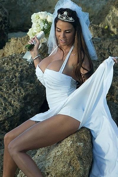 18.jan.2013 - A ex-modelo Katie Price usou um modelito que deixou seu corpão à mostra
