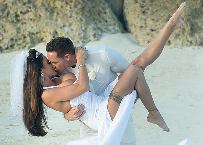 18.jan.2013 - Katie Price e o marido, Kieran Hayler, posam para fotos durante cerimônia secreta de casamento. A ex-modelo inglesa usou um modelito que deixou seu corpão à mostra