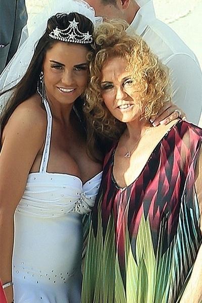 18.jan.2013 - Katie Price posa com a mãe, Amy