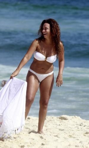 19.jan.2013 - A atriz Susana Pires exibiu boa forma na praia da Barra da Tijuca, no Rio de Janeiro
