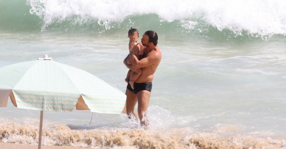 19.jan.2013 - O ator Marcelo Faria aproveitou o sol para passear com a filha Felipa, de quase dois anos