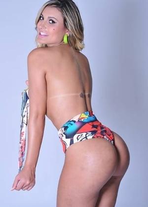 20.jan.2012 - Andressa Urach, 24, segunda colocada no concurso Miss Bumbum 2012, decidiu posar para uma sessão de fotos e não usar Photoshop. Como qualquer ser humano, a modelo mostrou que tem certas imperfeições. Nas imagens do ensaio, Urach aparece com manchas no bumbum e na perna.