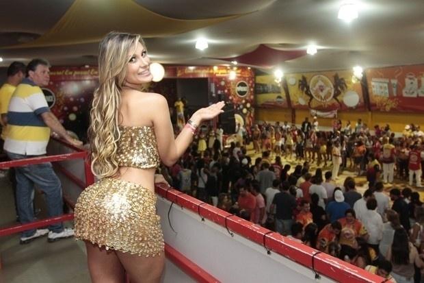 22.jan.2013 - Andressa Urach, vice-Miss Bumbum 2012, marcou presença em ensaio técnico da escola de samba paulistana Tom Maior