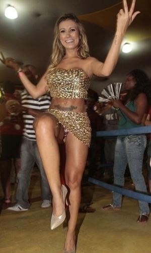 22.jan.2013 - Andressa Urach, vice-Miss Bumbum 2012, marcou presença em ensaio técnico da escola de samba paulistana Tom Maior. A loira entrou no samba e deixou à mostra a calcinha enquanto dançava na quadra da agremiação