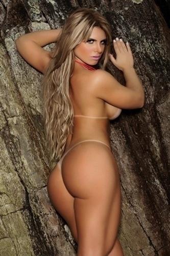 """23.jan.13 - A """"Sexy"""" divulgou as primeiras imagens do ensaio da vencedora do concurso Miss Bumbum 2012, a bela Carine Felizardo, 23, que será a capa da edição de fevereiro de 2013"""