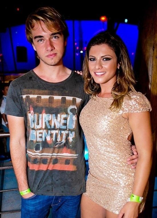 Olin Batista, 17, está encantado com a panicat Babi Rossi. O caçula do milionário Eike Batista e da ex-modelo Luma de Oliveira está namorando a moça, cinco anos mais velha que ele.