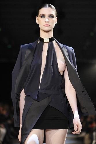 24.jan.2012 - O desfile do estilista Alexandre Vauthier na Semana de Alta Costura de Paris teve um quê a mais. Um dos vestidos era tão decotado que acabou deixando uma das modelos em maus lençóis.