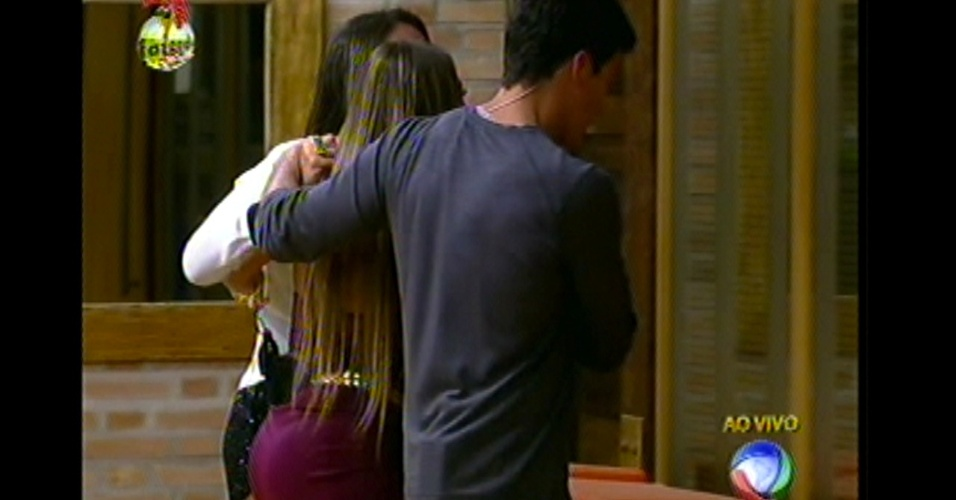 Aos prantos, Angelis acompanha Manoella até a saída da casa (25/1/13)