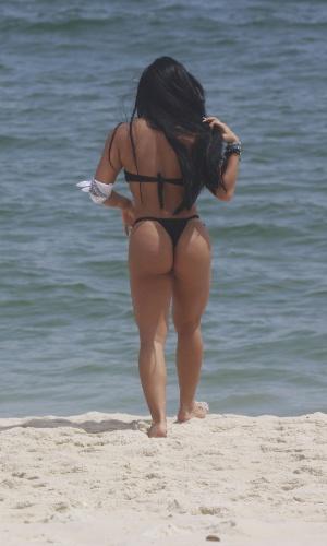 """26.jan.2013 - Ex-participante do reality show """"A Fazenda de Verão"""", Natalia Inoue retocou o bronzeado na praia da Barra da Tijuca, no Rio de Janeiro"""