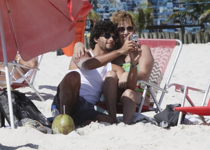 26.jan.2013 - Jesus Luz foi à praia com a tia na Barra da Tijuca, no Rio de Janeiro