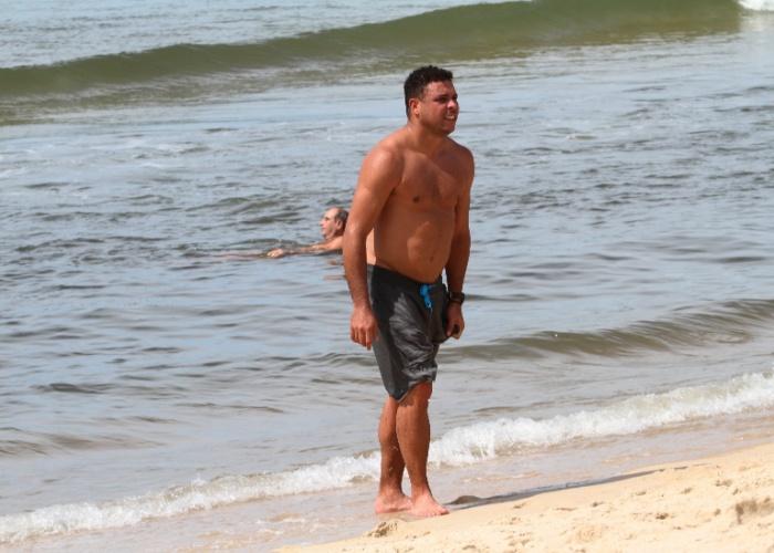 26.jan.2013 - Ronaldo dá um mergulho depois de correr na orla do Leblon, no Rio de Janeiro