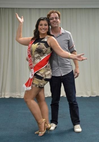 28.jan.2013 - Lígia Alvarez foi eleita Miss Plus Size do Carnaval de São Paulo. Na foto, ela aparece ao lado do diretor do concurso e do desfile Mulheres Reais, Adilton Amaral