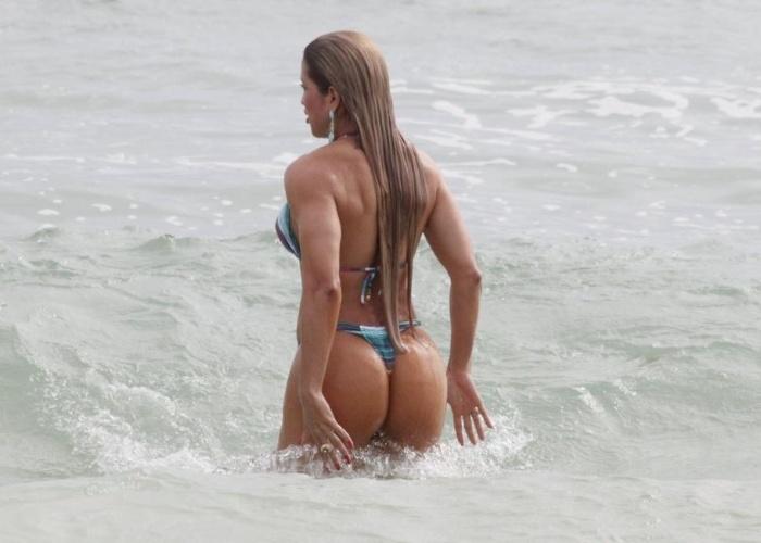 31.jan.2013 - De biquíni cavado, a rainha de bateria da escola de samba carioca Renascer de Jacarepaguá, Dani Vieira, exibe corpão na praia da Barra da Tijuca (RJ). Em setembro de 2012, a musa foi flagrada nua por um paparazzo enquanto se trocava na praia.