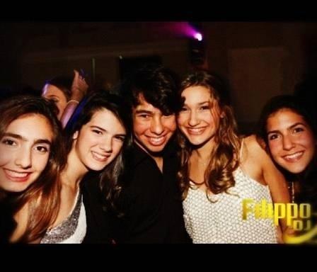31.jan.2013 - Sasha posa com os amigos em festa